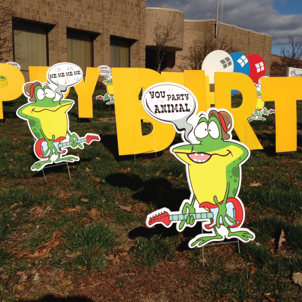 frog2_yard_greetings_lawn_signs_cards_happy_birthday_hoppy_over_hill