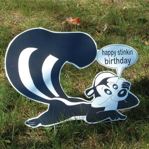 sk12_skunk_stinkin_yard_greetings_cards_lawn_signs_happy_birthday_over_hill