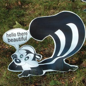 sk5_skunk_stinkin_yard_greetings_cards_lawn_signs_happy_birthday_over_hill