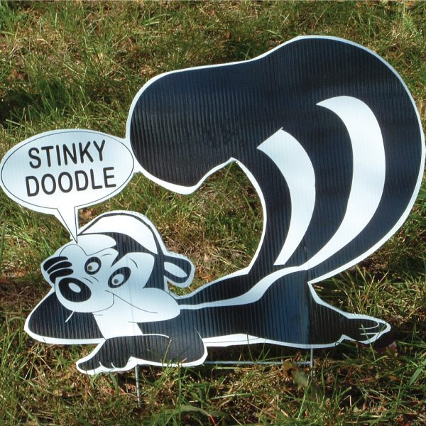 sk7_skunk_stinkin_yard_greetings_cards_lawn_signs_happy_birthday_over_hill